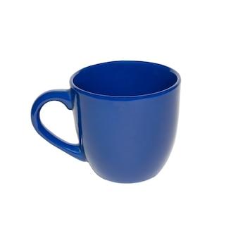 Темно-синяя чашка, изолированная в белом.