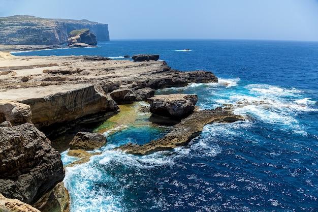 Глубокая синяя дыра во всемирно известном лазурном окне на гозо. остров чудо средиземноморской природы на прекрасной мальте