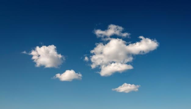 Глубокое синее небо с небольшими облаками