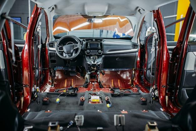 深い車のチューニング、分解された車内のクローズアップ、誰も。自動詳細。ガレージ内の自動車、ブランドなし