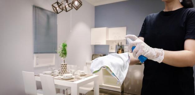 Глубокая чистка для профилактики заболеваний ковид-19. спирт, дезинфицирующее средство на салфетках banister в домашних условиях для безопасности, заражение вирусом covid-19, загрязнение, микробы, бактерии, которые часто затрагиваются.