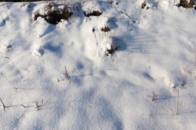 冬のやわらかな雪の深い漂流、冬の雪は凍りつく、降雪と吹雪の後の自然