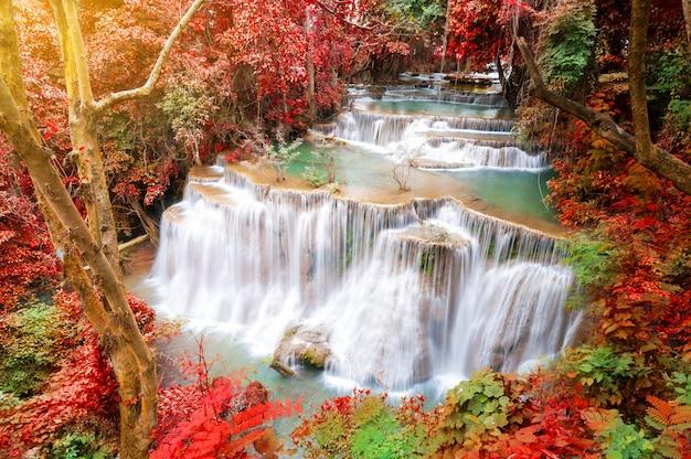 Глубокий лесной водопад в осенней сцене в национальном парке хуай мэй камин водопад канджанабури таиланд
