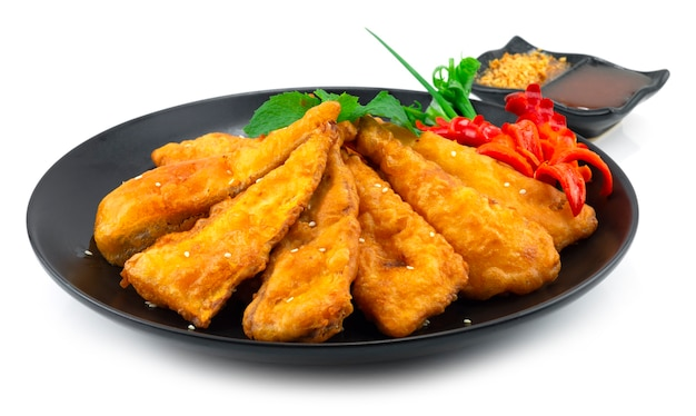揚げたけのこクリスピーな前菜料理は、甘いピーナッツソースとスパイシーソースを添えて、唐辛子の側面を彫ったアジア料理のフュージョン料理の装飾