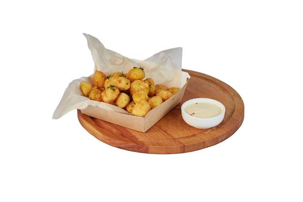 白で隔離された揚げチーズボール