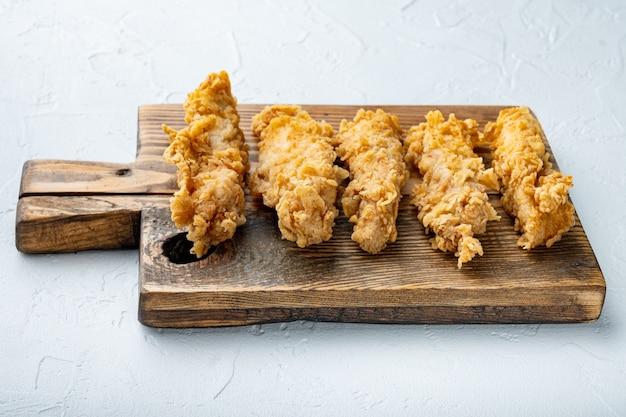 Хрустящее острое куриное мясо во фритюре на белом
