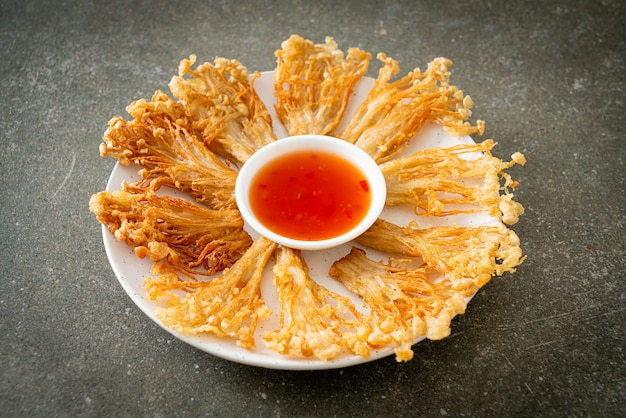 えのき茸の炒め物または金針茸のスパイシーなディップソース添え-ビーガンフードスタイル