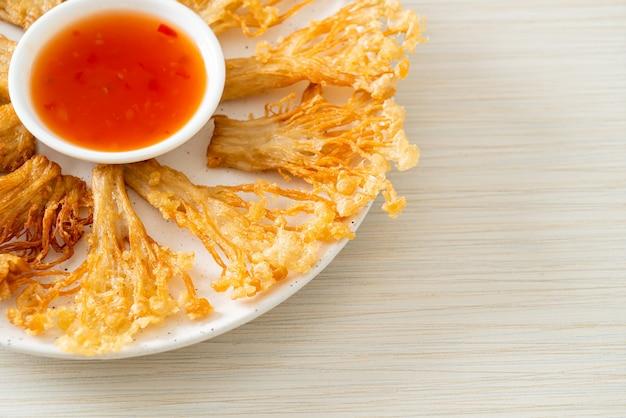Жареный во фритюре гриб эноки или гриб с золотой иглой с острым соусом для макания - веганский стиль питания