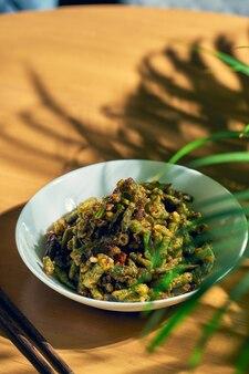 四川胡椒で揚げたインゲン。中華料理。