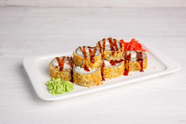 Японский рулет во фритюре с соусом тириаки. традиционная японская кухня, меню