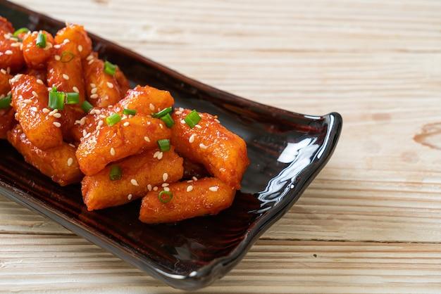 매콤한 소스를 곁들인 한국식 떡볶이 (떡볶이)-한식 스타일
