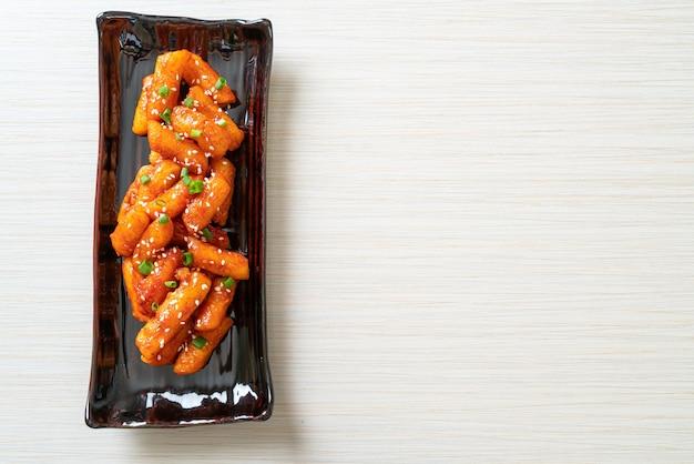 スパイシーソースで揚げた韓国餅(トッポッキ)-韓国料理スタイル