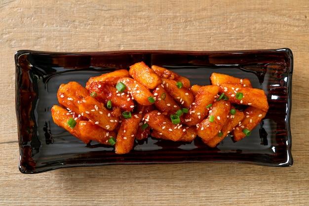 Обжаренный во фритюре корейский рисовый пирог (ттеокбокки) с острым соусом - корейская кухня