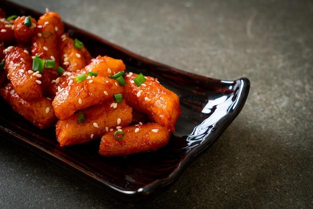 매운 소스와 함께 튀긴 한국 떡 (떡볶이) - 한국 음식 스타일