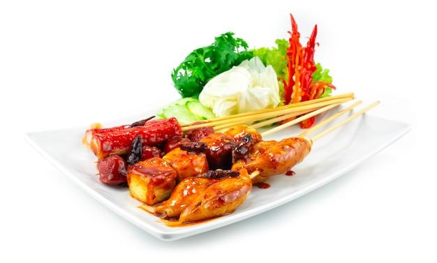 Жареные во фритюре фрикадельки на шпажках с острым соусом из жареного чили тайская уличная еда популярное украшение овощи и резной перец чили, вид сбоку