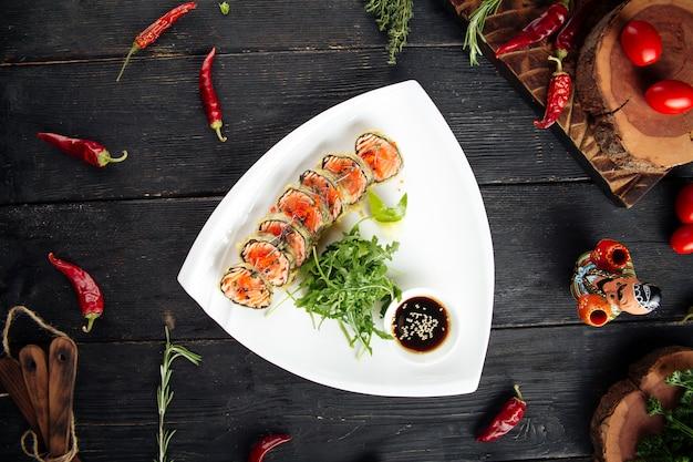 Рулетики из лосося с руколой и соевым соусом