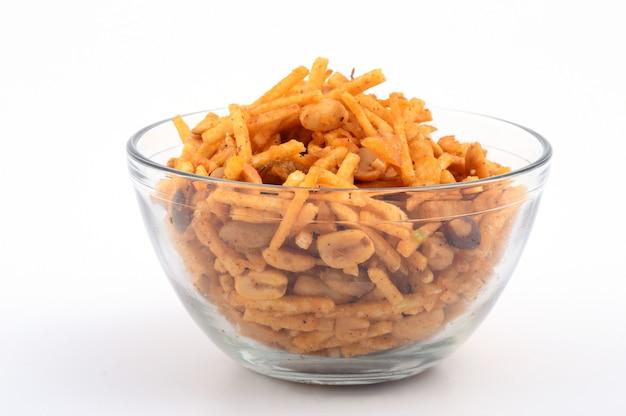 塩味の揚げ物料理-シブダまたはグラム粉でできたドライフルーツと混ぜた混合物。
