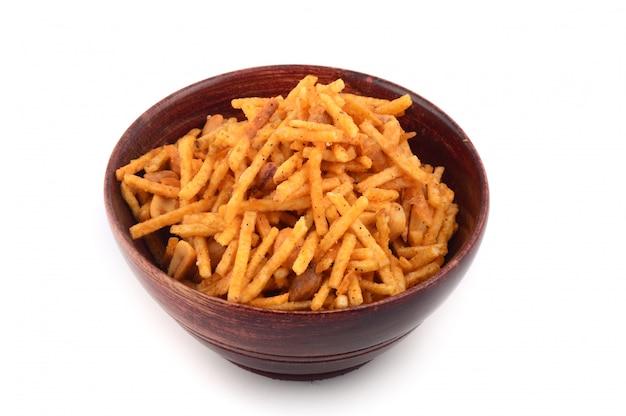 Солёное во фритюре блюдо - чивда или смесь из граммовой муки и смешанных с сухофруктами.