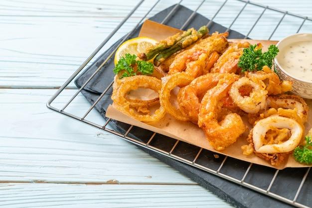 シーフードの揚げ物(エビとイカ)と野菜のミックス-不健康なフードスタイル