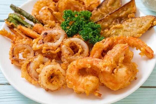 Обжаренные во фритюре морепродукты (креветки и кальмары) с овощным миксом - нездоровый стиль питания