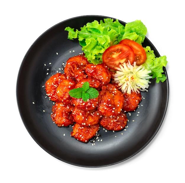 튀긴 새우 한식 바베큐 고추장 소스와 참깨 한식 스타일 장식 야채 조각 부추 꽃 모양 topview