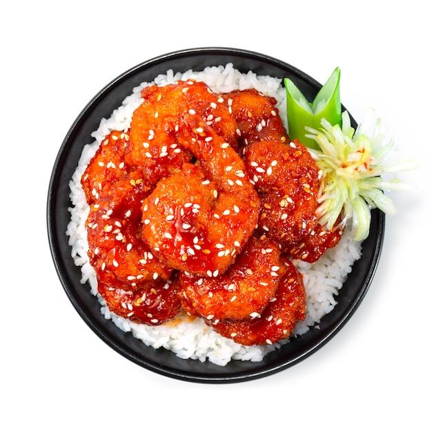 튀긴 새우 한식 바베큐 고추장 소스와 참깨를 얹은 쌀 레시피 한식 스타일 장식 야채 조각 부추 꽃 모양 topview