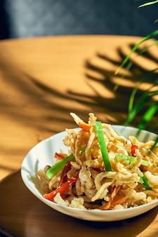 スパイシーなイカの天ぷらを中華風野菜で揚げたもの。
