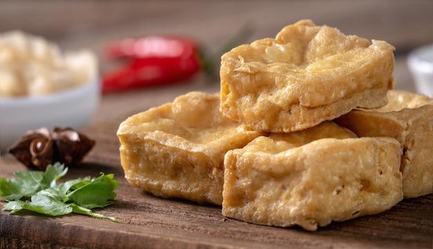 臭豆腐の揚げ物、キャベツの酢漬けの腐乳、台湾で有名で美味しい屋台の食べ物。