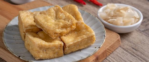 臭豆腐の揚げ物、キャベツ野菜の酢漬けの腐乳