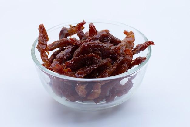 흰색 표면에 튀긴 햇볕에 말린 돼지 고기.