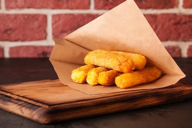 Фритюрница . цыпленок во фритюре. быстрое питание. наггетсы. желтый.