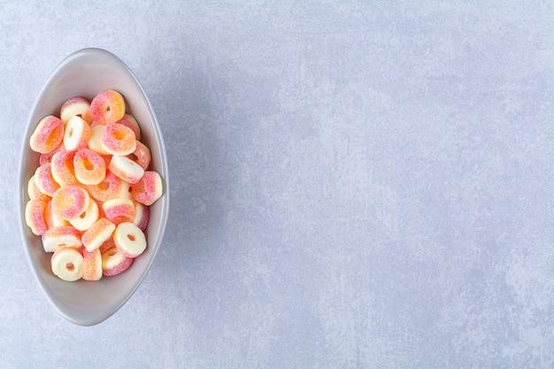 Un piatto fondo pieno di marmellate zuccherate di frutta colorata. foto di alta qualità