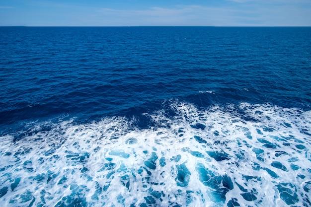 Глубоководные морские волны с пеной сверху. морская текстура.