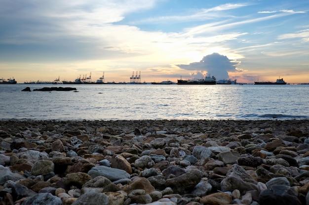 Глубоководный морской порт и грузовой корабль вид и побережье в провинции чонбури.