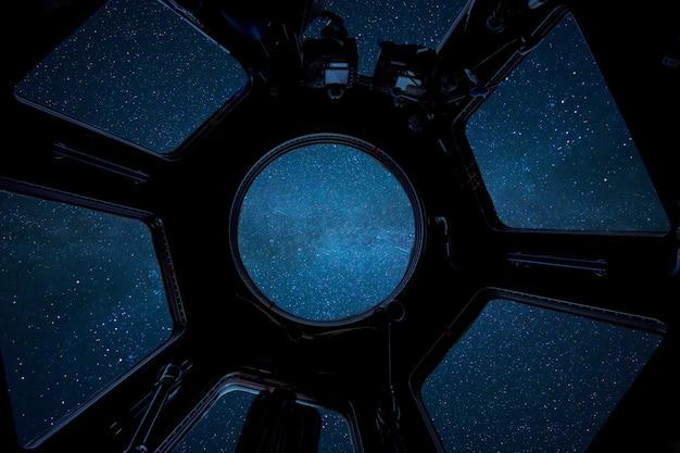 깊은 별이 빛나는 공간, iss 객실에서 볼 수 있습니다. 우주선은 우주를 여행합니다. 국제 우주 정거장
