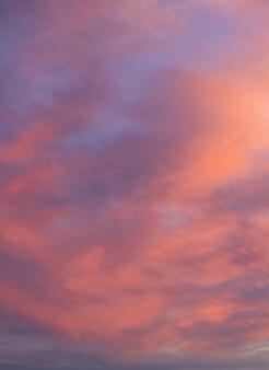 일몰 공간에 깊은 보라색 구름