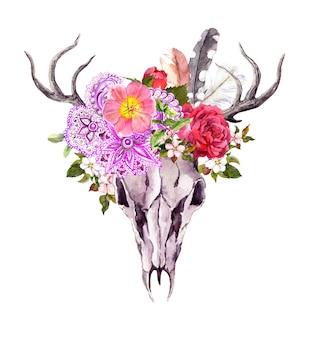 花、華やかなエスニックなデザインと羽を持つ鹿の動物の頭蓋骨。ヴィンテージスタイルの水彩画