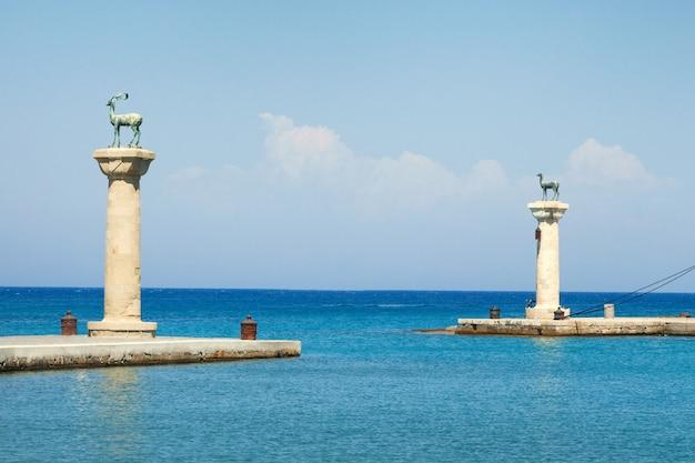 ロードス島、ギリシャのマンドラキ港への入り口に鹿の像