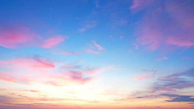 기본값 아름다운 아침 맑은 하늘 배경. 화려한 노란색 푸른 하늘입니다. 부드러운 흰 구름 일출 또는 일몰 아침 다채로운 맑고 푸른 하늘 배경.