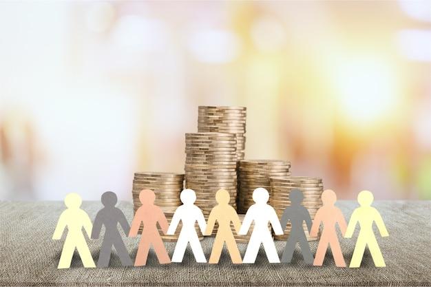 Защитите денежную концепцию. вырезанный из бумаги человеческий круг с стопкой из ста денежных монет
