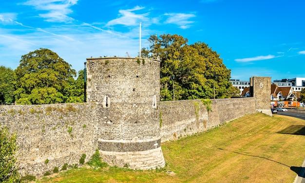 Оборонительные городские стены кентербери в графстве кент, англия