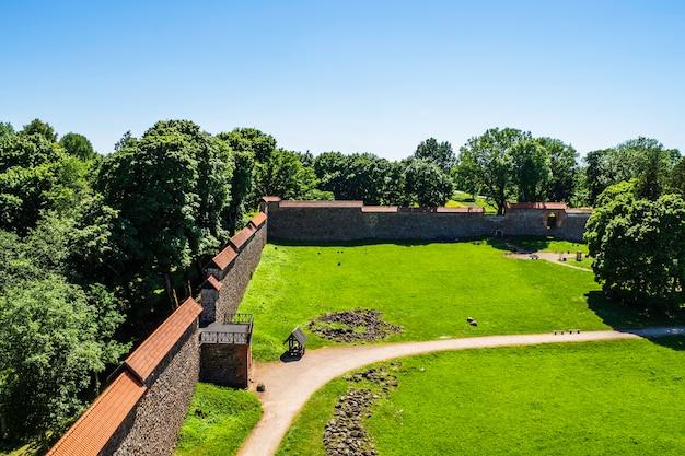 Оборонительная стена средневекового замка медининкай, литва