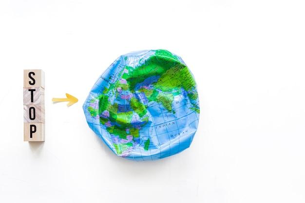 큐브에 Deflated 공 및 중지 단어 무료 사진