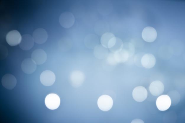 Расфокусированные огни (боке) на синем фоне