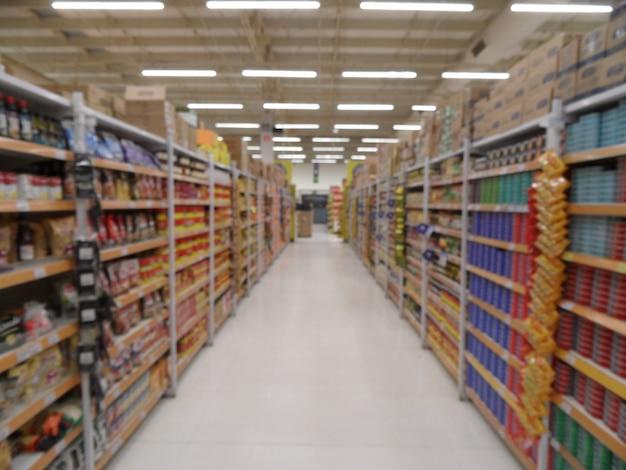 다채로운 선반과 인식할 수 없는 제품이 있는 추상 슈퍼마켓 통로