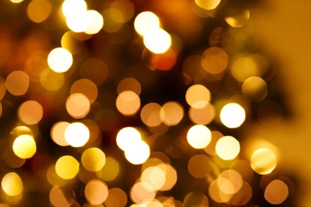 新年の花輪の点滅ライトで焦点がぼけた背景