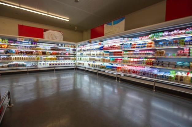 健康のための背景のためにスーパーマーケットの棚に置かれた焦点がぼけたぼかし購入ミルク