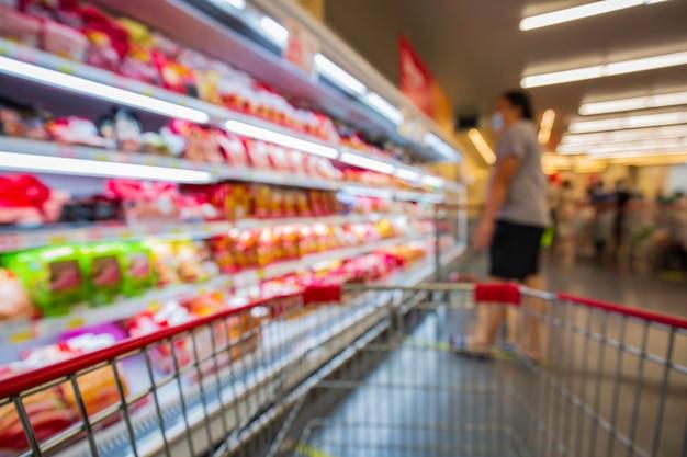 スーパーマーケットの肉食品に置かれたカート購入ショッピングの焦点がぼけたぼやけ