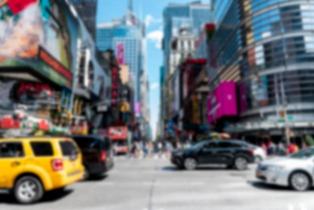 Расфокусированные оживленная улица города при дневном свете
