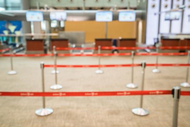 空港の多重チェックインデスク